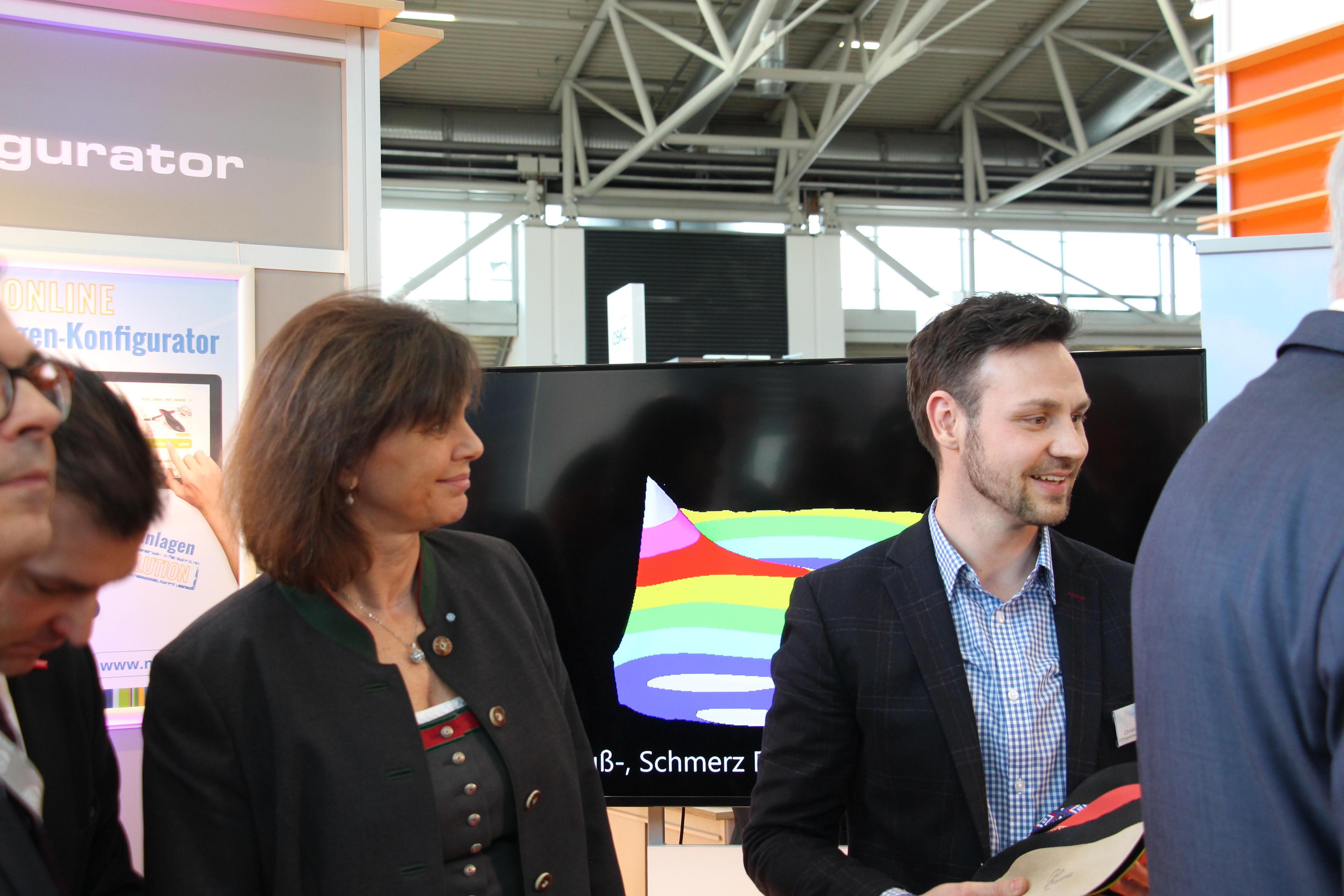 Ilse Aigner mit Christoph Mätzold von myonso